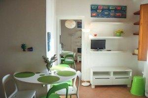 Il soggiorno con tavolino e TV